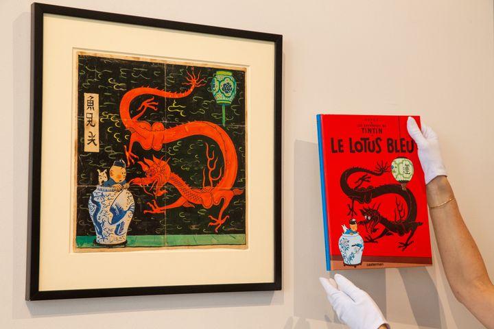 """Le projet de couverture pour la première édition du """"Lotus Bleu"""" de 1936 (à gauche), comparé à la couverture de l'édition actuelle. La pièce a été exposée dans les locaux bruxellois de la galerie Artcurial le 18 septembre 2020. (NICOLAS MAETERLINCK / BELGA MAG)"""