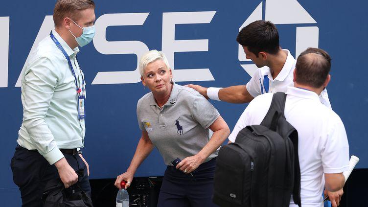 Novak Djokovic auprès de la juge de ligne frappée par la balle envoyé par mégarde par le Serbe durant le huitième de finale de l'US Open (AL BELLO / GETTY IMAGES NORTH AMERICA)