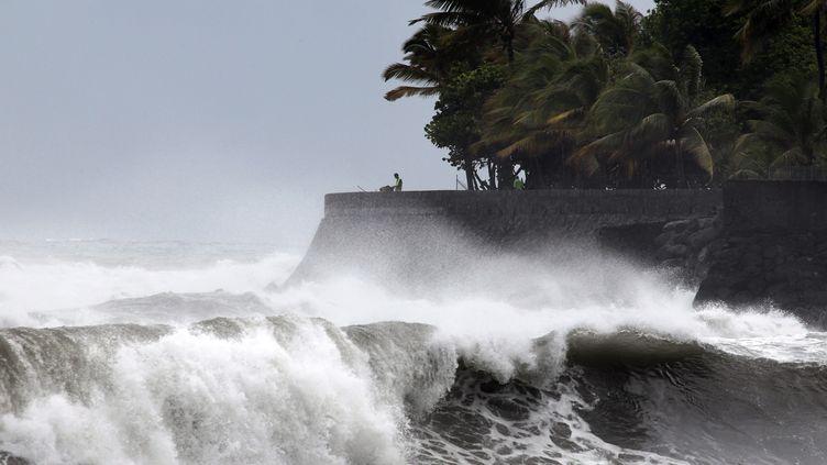 De forts vents ont frappé les rives de La Réunion, mercredi 2 janvier. La tempête tropicale Dumile a atteint le stade de cyclone jeudi. (RICHARD BOUHET / AFP)