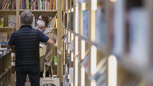 Une femme portant un masque dans une librairie de Mulhouse (Haut-Rhin), le 11 mai 2020. (SEBASTIEN BOZON / AFP)