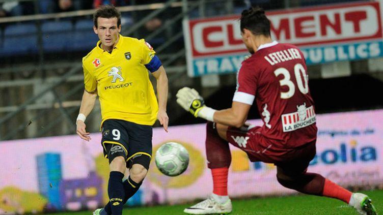 Buttin (FC Sochaux) perd son duel face à Letellier (SCO Angers) (/NCY / MAXPPP)