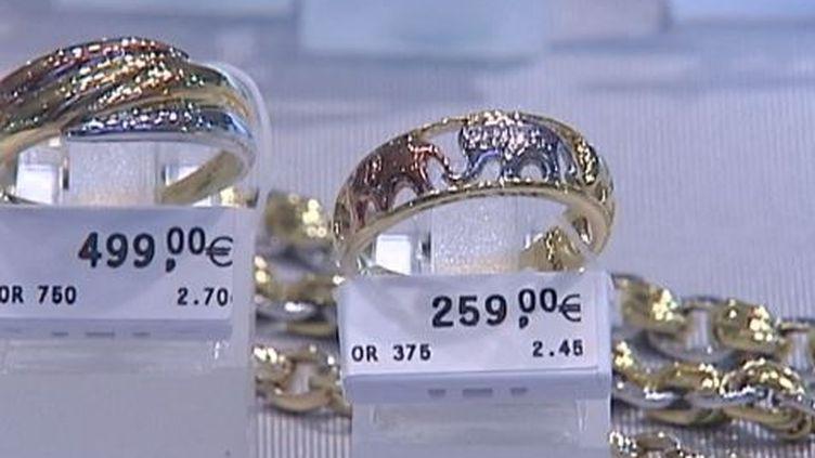 Deux alliances à des prix différents, l'une de 9 carats et l'autre de 18 carats, dans une bijouterie française, en février 2014. ( FRANCE 2 / FRANCETV INFO)