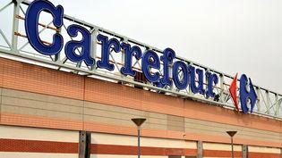 Une enseigne du groupe Carrefour sur le toit d'un de ses magasins, à Marseille, le 13 mars 2015. (CITIZENSIDE / GERARD BOTTINO / AFP)