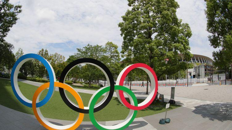 Les anneaux olympiques devant le stade national de Shinjuku à Tokyo le 22 juin 2021. (NORIKAZU TATEISHI / YOMIURI)