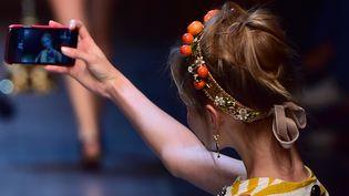 Un mannequin prend un selfie au défilé Dolce & Gabbana été 2016, à Milan  (GIUSEPPE CACACE / AFP)