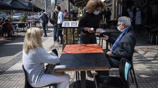 Dans l'Est de Santiago, il est possible de se faire servir en terrasse, uniquement, depuis le 2 septembre. (MARTIN BERNETTI / AFP)