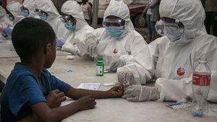 Un enfant se fait tester pour le coronavirus à Antananarivo, capitale de Madagascar, le 3 avril 2020. (RIJASOLO / AFP)