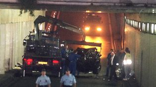La voiture accidentée dans laquelle se trouvait la princesse Diana, le 31 août 1997, dans le tunnel du pont de l'Alma à Paris. (PIERRE BOUSSEL / AFP)