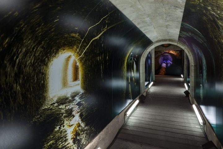 Les photos de Nan Goldin plonge le visiteur dans les entrailles du domaine de Versailles, à la découverte du réseau hydraulique des fontaines. (TADZIO / Château de Versailles)