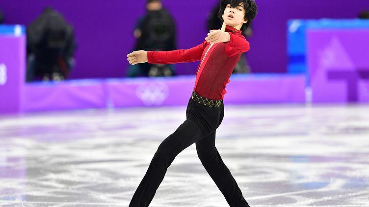 Le Sud-Coréen Junhwan Cha est le plus jeune patineur de la compétition masculine qui débute ce vendredi.  (MLADEN ANTONOV / AFP)