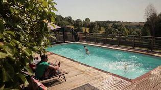 Pour les vacances, beaucoup de Français ont fait le choix de la proximité. Les réservations de gites ruraux explosent. (France 2)