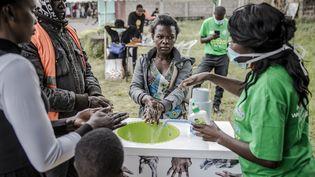 Sensibilisation à un lavage de mains efficace, à l'entrée de l'hôpital Mbagathi à Nairobi (Kenya), le 18 mars 2020. (LUIS TATO / AFP)