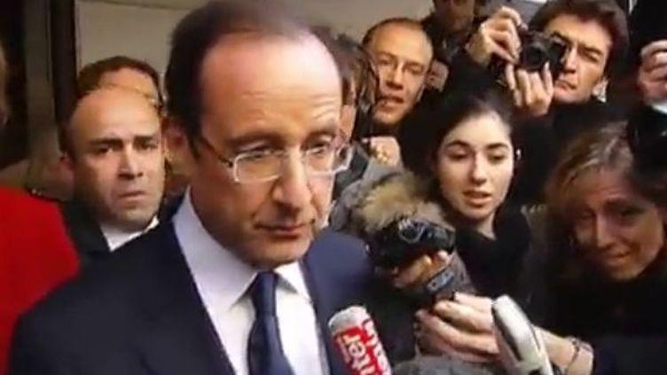 François Hollande à la sortie du café des Signes, dans le 16e arrondissement de Paris, jeudi 17 novembre 2011. (FTVI / DAVID DOUKHAN ET FRÉDÉRIC PASQUETTE - FRANCE 2)