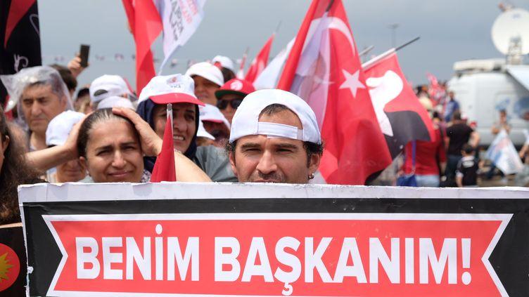 """Un supporter tient une banderole avec écrit """"mon président"""", au meeting de l'opposant Muharrem Ince, à Istanbul (Turquie) samedi 23 juin 2918. (NATHANAËL CHARBONNIER / RADIO FRANCE)"""
