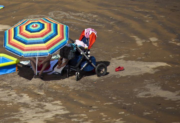 Pour les jeunes enfants, pas de plage entre midi et 16 heures, même à l'ombre d'un parasol. (EYESWIDEOPEN / GETTY IMAGES EUROPE)