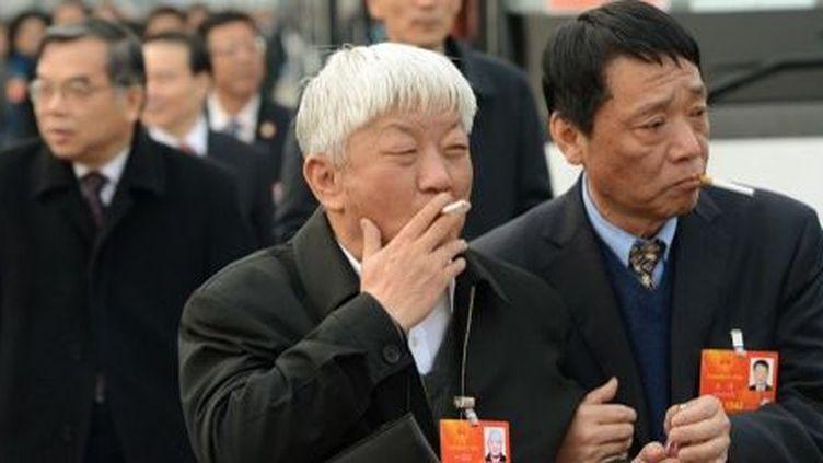 Ca, c'était hier (12e Congrès national du peuple à Pékin, le 14 mars 2013) ! A compter de 2014, les cadres du Parti communiste chinois devront montrer l'exemple et ne plus fumer en public. (AFP PHOTO / MARK RALSTON)