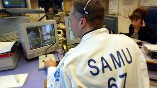 Un médecin régulateur du Samu 67, à Strasbourg (Bas-Rhin), le 31 décembre 2001. (Photo d'illustration) (PIERRE ANDRIEU / AFP)