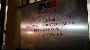 Un tag retrouvé sur l'entrée du ministère de l'Enseignement supérieur à Paris, le 12 novembre 2019, lors d'une manifestation. (GEOFFROY VAN DER HASSELT / AFP)