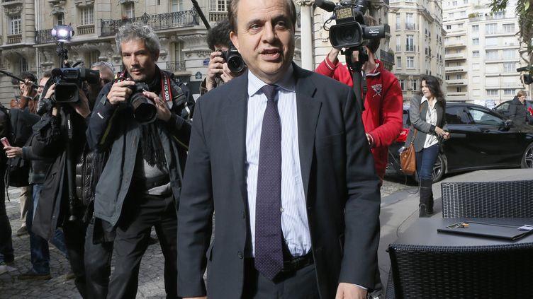 Roger Karoutchi dans les rues de Paris, le 15 octobre 2013 (PATRICK KOVARIK / AFP)