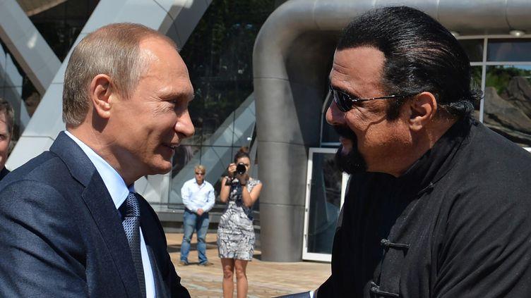 Vladimir Poutine et Steven Seagal en septembre 2015 à Vladivostok.  (ALEXEI DRUZHININ / SPUTNIK / AFP)