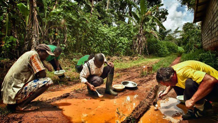 Les entomologistes médicaux collectent sur le terrain les larves d'Anopheles gambiae, principal moustique vecteur du paludisme en Afrique. (Carlo Costantini/IRD,Author provided (No reuse))