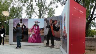 """Photoquai 2013, quai Branly à Paris. Ici, les """"bailarines del desierto"""" d'Andrés Figueroa, danseurs des pèlerinages du désert d'Atacama (Chili) se confectionnent des costumes extraordinaires.  (photo Valérie Oddos / France Télévisions)"""