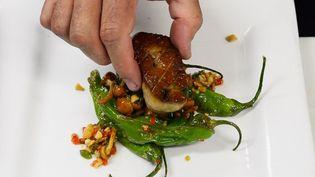 Le chef Sean Chaney prépare un foie gras dans le restaurant Hot's Kitchen d'Hermosa Beach, en Californie, le 29 juin 2012. (KEVORK DJANSEZIAN / GETTY IMAGES / AFP)