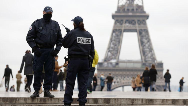 Deux policiers sur l'esplanade du Trocadéro, à Paris, le 18 novembre 2013. (THOMAS SAMSON / AFP)