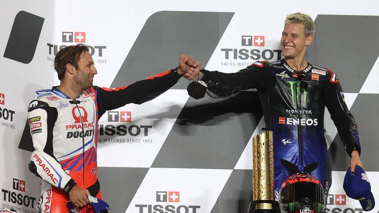 Les Français Fabio Quartararo et Johann Zarco sur le podium du Grand Prix de Doha le 4 avril 2021. (KARIM JAAFAR / AFP)
