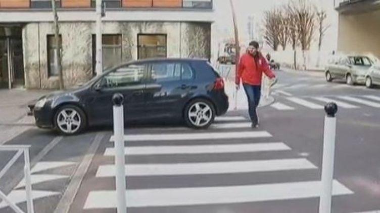 Une voiture stationnée sur un passage piéton à Paris, mardi 21 février 2012. (FRANCE 2)