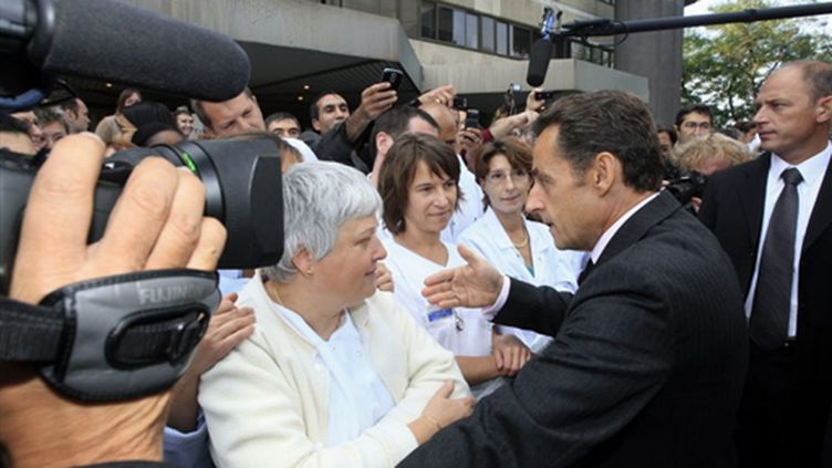 Nicolas Sarkozy discutant avec des membres du personnel lors de son arrivée à l'hôpital Paul-Brousse de Villejuif (© AFP PHOTO MEHDI FEDOUACH)