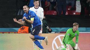 Le défenseur italien Giorgio Chiellini célèbre le but de son coéquipier Leonardo Bonucci lors de la finale de l'Euro, au stade de Wembley, à Londres (Royaume-Uni), le 11 juillet 2021. (FRANK AUGSTEIN / POOL / AFP)