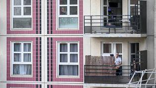 Un immeuble à Montreuil (Seine-Saint-Denis) durant le confinement, le 7 avril 2020. (REMI DECOSTER / HANS LUCAS)