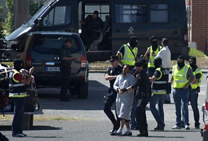 La police espagnole arrête un homme suspecté d'appartenir à une cellule jihadiste à Melilla, le 30 mai 2014. (BLASCO DE AVELLANEDA / AFP)