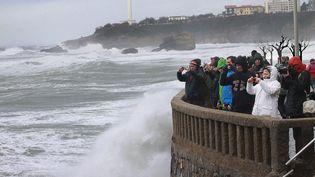 Le 3 mars 2014, des spéctateurs des vents violents àBiarritz (DANIEL VELEZ / AFP)