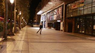 L'avenue des Champs-Elysées (Paris), sans ses bars et ses restaurants, était méconnaissable, le 17 octobre 2020. (QUENTIN DE GROEVE / HANS LUCAS / AFP)