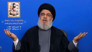 Le chef du mouvement chiite libanais Hezbollah Hassan Nasrallah, prononçant un discours télévisé depuis un lieu tenu secret, le 18 octobre 2021. (AL-MANAR / AFP)