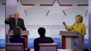 Les candidats démocrates à la présidentielle américaine Hillary Clinton et Bernie Sanders, lors d'un débat télévisé le 11 février 2016 à Milwaukee (Wisconsin). (JIM YOUNG / REUTERS)
