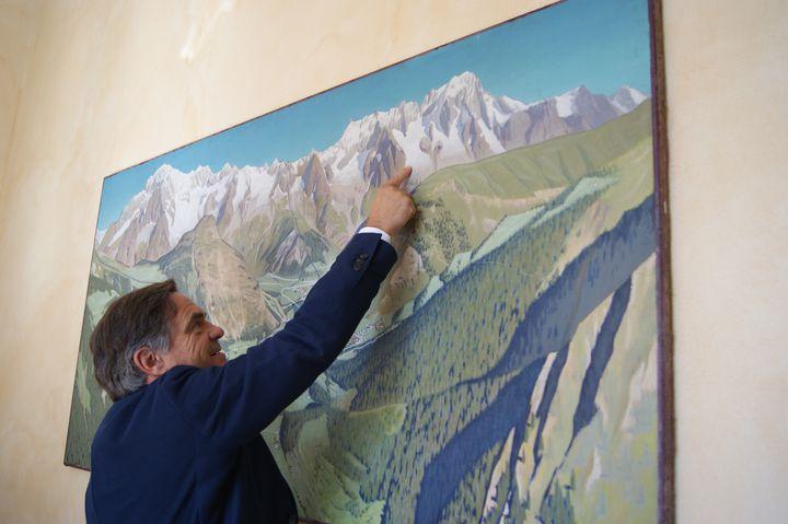Roberto Rota, maire de Courmayeur (Italie), pointe le glacier de Planpincieux sur un tableau présent à la mairie, le 19 juillet 2021. (SOLENE LEROUX / FRANCEINFO)