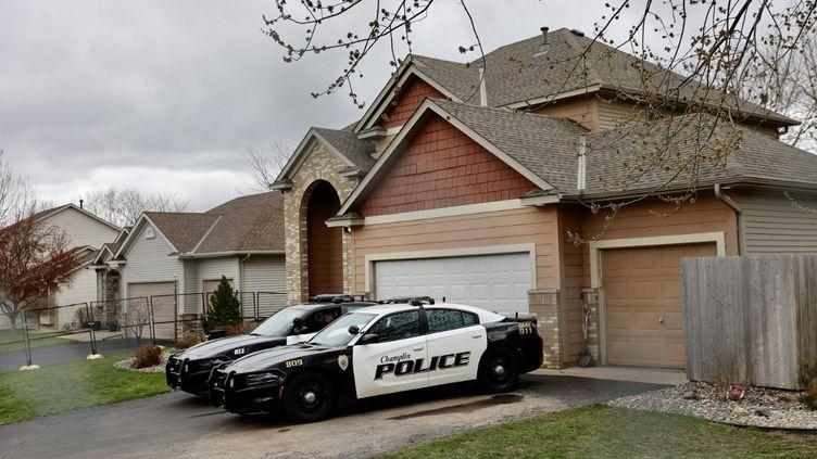 Des voitures de police stationnent devant le domicile de l'ancienne policière Kim Potter, à Champlin, aux Etats-Unis, le 14 avril 2021. (KEREM YUCEL / AFP)