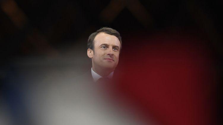 Emmanuel Macron fête sa victoire à l'élection présidentielle, le 7 mai 2017 devant la pyramide du Louvre, à Paris. (ERIC FEFERBERG / AFP)
