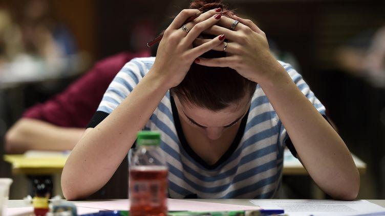 Une étudiante en partiel (illustration). (FREDERICK FLORIN / AFP)