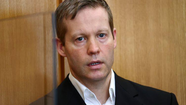 Stephan Ernst, accusé du meurtre du politicien Walter Lübcke, au tribunal régional supérieur de Francfort (Allemagne), le 5 août 2020. (KAI PFAFFENBACH / REUTERS POOL)