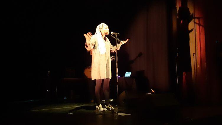Diariata N'Diaye, chanteuse de slam, en concert devant des élèves à l'Ile-Saint-Denis, en Seine-Saint-Denis. (JEROME JADOT / RADIO FRANCE)