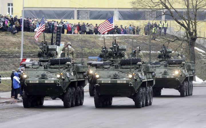 Des chars américains défilent à Narva pour la fête nationale estonienne, le 24 février 2015. Des soldats espagnols, anglais, néerlandais, lettons et lituaniens s'étaient aussi joints aux célébrations. (Ints Kalnins / Reuters)