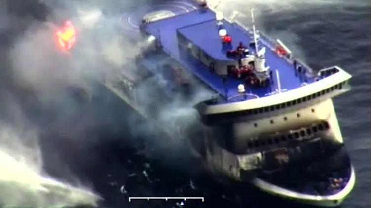Capture d'écran d'une vidéo prise par lesgarde-côtes italiens prise prèsdu ferry en détresse au large de l'Albanie, le 28 décembre 2014. (GUARDIA COSTIERA / AFP)