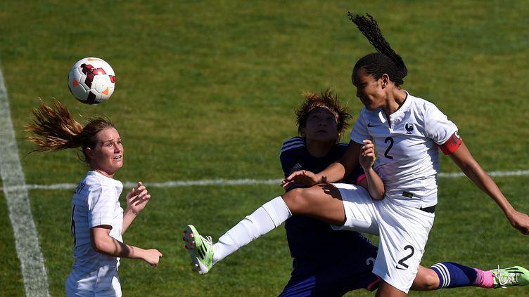 Wendie Renard devance Yuika Sugasawa et les Bleues restent invaincues en trois matches (FRANCISCO LEONG / AFP)