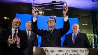 François Hollande, alors président de la République française, reçoit un modèle de sous-marinlors d'une visite au siège deNaval Group,à Paris, le 26 avril 2016. (CHRISTOPHE PETIT TESSON / AFP)