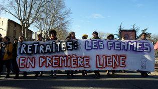"""Une bannière """"Retraites : les femmes en première ligne"""", tenue à Toulouse lors d'une manifestation contre le projet de loi du gouvernement le 9 janvier 2020. (ALAIN PITTON / NURPHOTO / AFP)"""