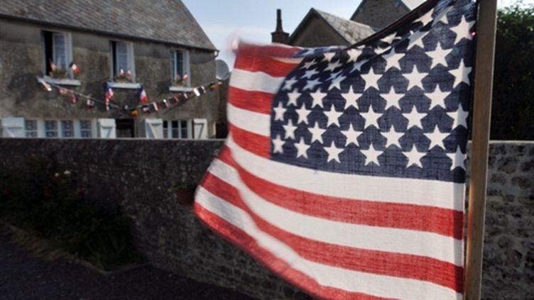 Les habitants de Colleville-sur-mer ont décoré leurs rues avec des drapeaux français et américains (© AFP)